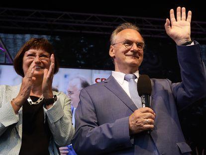 Reiner Haseloff celebra el resultado de las elecciones en Sajonia-Anhalt junto a su mujer, Gabriele, en Magdeburgo.