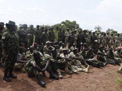 UN británico instruye a soldados nigerianos que se van a enfrentar a Boko Haram, este jueves en el Estado de Kaduna.