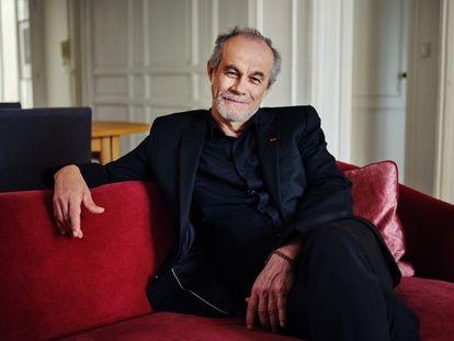 Carlos Moreno en su casa de París, en la Rive Gauche, frente al Sena.