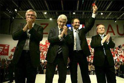 De izquierda a derecha, el alcalde de Barcelona, Joan Clos, con Pasqual Maragall, José Luis Rodríguez Zapatero y José Montilla, anoche en el mitin final de campaña.