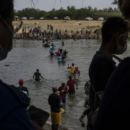 El flujo de migrantes en el río Bravo no cesa. Casi una semana después, la oleada de haitianos que llegó a la frontera entre Estados Unidos y México sigue en buena parte varada entre Del Río (Texas) y Ciudad Acuña (Coahuila).