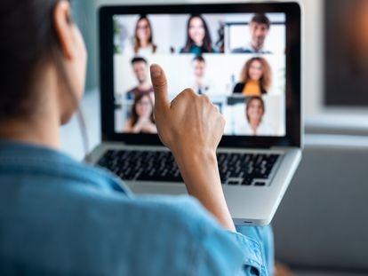 Conectar con profesionales en la red requiere cuidar aspectos como la carta de presentación, el acceso a los entornos adecuados y la manera de actuar en los eventos virtuales.
