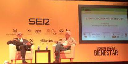 Basilio Baltasar charla con David Rieff durante los congresos del bienestar.