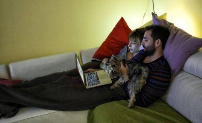 Una pareja ve una película en el ordenador portatil.