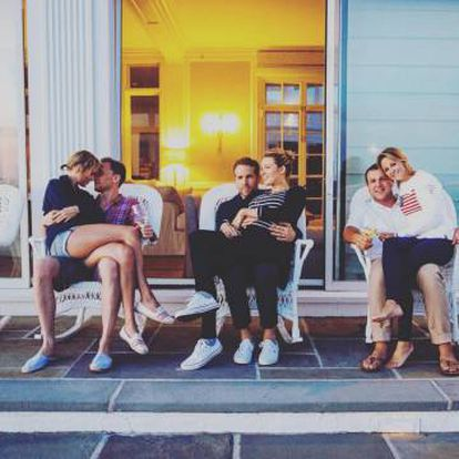 Ryan (en el centro, con su mujer Blake Lively) posa con cara de acelga en una reunión de amigos que tuvo lugar este verano en casa de la cantante Taylor Swift (izquierda).