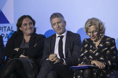 La alcaldesa de Barcelona, Ada Colau; el Ministro del Interior, Grande Marlaska, y la alcaldesa de Madrid, Manuela Carmena, en el foro Madrid Capitald de Paz.