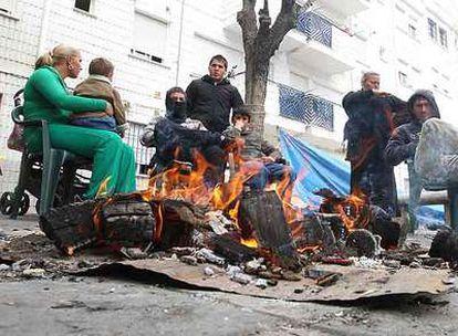 Vecinos desempleados de Almanjáyar y sus familias, pasando el día a las puertas de sus casas.