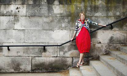 La historiadora Margaret MacMillan, retratada frente al club Atheneum de Londres.
