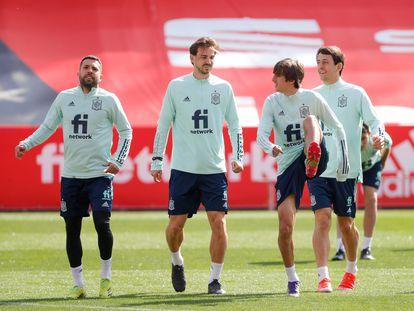 De izquierda a derecha, Jordi Alba, Fabián, Brian Gil y Oyarzabal, durante un entrenamiento de la selección española. / (EFE)