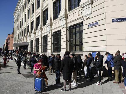 Largas colas en la EMVS para solicitar una vivienda de alquiler  social en Madrid el pasado enero.