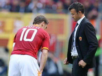 Luis Enrique, en su etapa como entrenador de la Roma, observa a Totti.