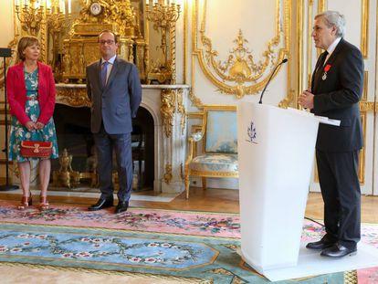 Jean-Marie Colombani, a la derecha, recibió ayer en París la Legión de Honor de manos de Hollande.