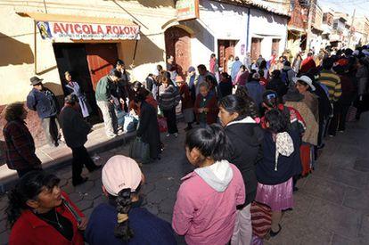 Residentes de Potosí, Bolivia, hacen cola para comprar víveres.