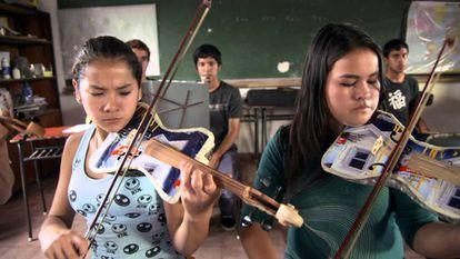Dos violinistas de la Orquesta de instrumentos reciclados de Cateura.