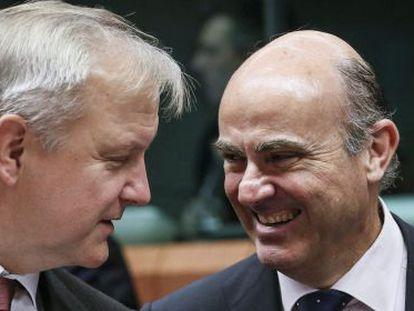 El comisario de Asuntos Económicos, Olli Rehn, y el ministro de Economía, Luis de Guindos, este jueves.