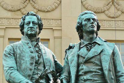 Estatuas de Goethe y Schiller, ante el teatro Nacional de Weimar (Alemania).