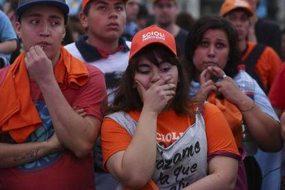 Seguidores de Daniel Scioli lamentan este domingo el resultado electoral en un acto en la Plaza de Mayo de Buenos Aires.