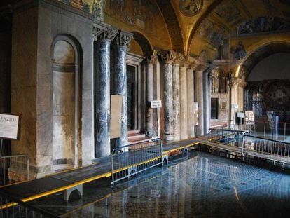 Inundaciones en el nártex de la basílica de San Marcos.