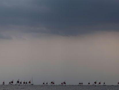 El cielo de Tokio, durante una de las pruebas de vela celebradas el lunes.
