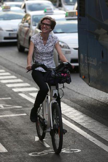 Una usuaria del servicio público de alquiler haciendo uso de una de las bicis eléctricas.