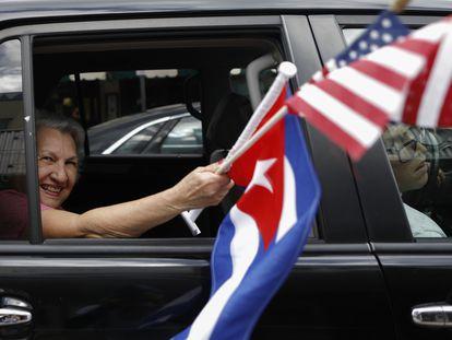Una mujer ondea las banderas cubana y estadounidense desde un coche en un evento electoral en la Pequeña Habana el 31 de octubre de 2020.
