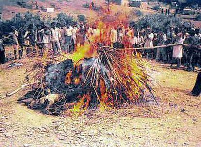 Pira funeraria en la que una mujer se inmola junto a su marido muerto en el Estado de Madhya Pradesh en 2002.