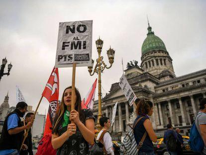 Manifestantes argentinos contra la petición de rescate al FMI.