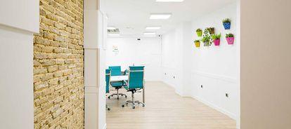 Tres salas coworking , varias zonas de descanso, una sala reuniones y una oficina privada. ¿Para qué quieres más?