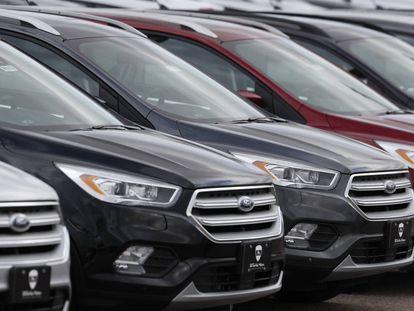 Modelos de la marca Ford en una concesionario.