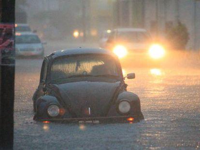 Un coche inundado en las calles del puerto de Veracruz.