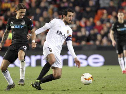 Daniel Parejo disputa un balón durante los octavos de final de la Europa League.