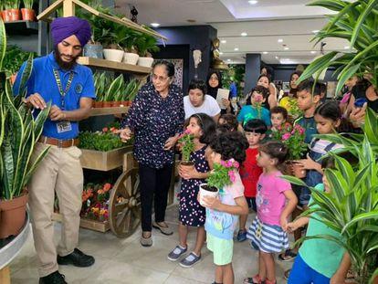Un grupo visita el Dubái Garden Center.