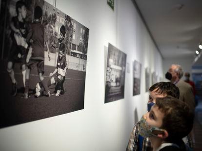 Dos niños contemplan una de las imágenes de la exposición 'Una cancha llamada Madrid'.