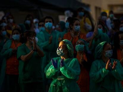 Personal sanitario del hospital Gregorio Marañón de Madrid aplaude a las puertas del centro.