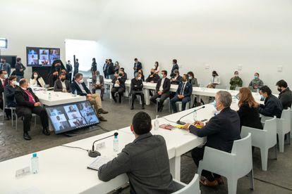 Sala donde se celebró la reunión de Iván Duque con la Iglesia. Al fondo se observa cubierta la obra del artista belga Francis Alÿs. El suelo de la estancia está cubierto con las placas creadas con las armas fundidas de las FARC.