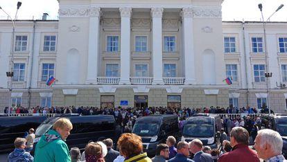 Miles de personas atienden este lunes los funerales por los científicos fallecidos en la explosión.