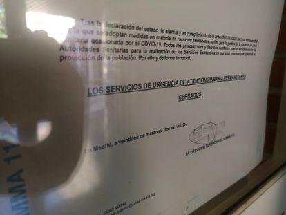 Cartel informa del cierre de los servicios de urgencia del Centro de Salud de Colmenar Viejo sur.