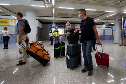 Llegada de turistas alemanes al aeropuerto de Palma de Mallorca a mediados de junio.