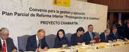 El alcalde de Madrid y la ministra de Fomento, Magdalena Álvarez, durante la firma de esta mañana del Convenio para la Prolongación de la Castellana