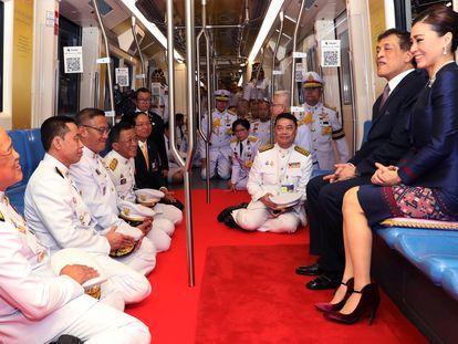 El rey Maha Vajiralongkorn y la reina Suthida, en un viaje en el metro de Bangkok, el pasado 14 de noviembre.