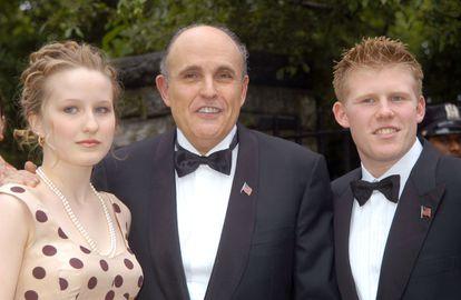 Rudy Giuliani, en el centro, con su hija Caroline y su hijo Andrew en una imagen de archivo.