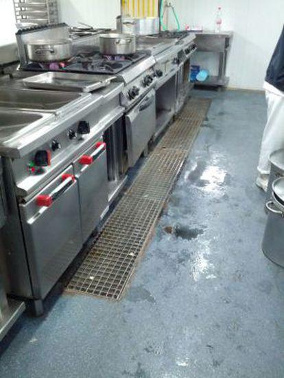 El desagüe de las cocinas del Hospital Clínico emana agua de su interior.