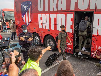 Marcos Llorente, a su salida este viernes de la Ciudad Deportiva Wanda en Majadahonda, desde donde el Atlético ha viajado hacia Valladolid para el partido en el que puede proclamarse campeón de Liga.