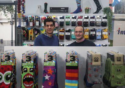 De izquierda a derecha: Ángel Sánchez y Miguel Valero, propietarios de la firma madrileña de venta de calcetines Socks Market.