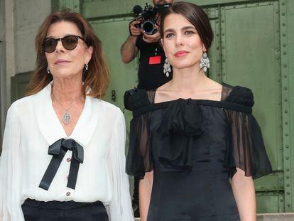 Carlota Casiraghi y su madre, la princesa Carolina de Mónaco, en París el 20 de junio de 2019 en el homenaje al diseñador Karl Lagerfeld.