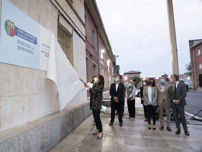 La consejera de Justicia, Beatriz Artolazabal, descubre el cartel que visualiza el traspaso de las prisiones al Gobierno autonómico.