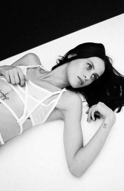 La actriz Milena Smit posa con 'top' de tul de Alejandre Studio y falda de encaje de Acne Studios.