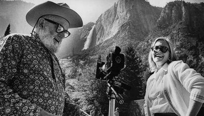 El fotógrafo Ansel Adams le enseña fotografía a la hija del presidente Gerald Ford, Susan Ford, en el parque nacional Yosemite en 1973.