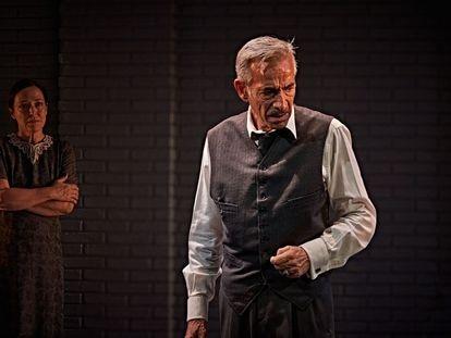 Imanol Arias y Cristina de Inza, en una escena de 'Muerte de un viajante', en el Teatro Infanta Isabel de Madrid.