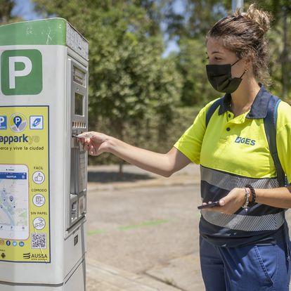 Sevilla/30-07-2021: Isabel Góngora, controladora en una zona azul de estacionamiento en Sevilla.FOTO: PACO PUENTES/EL PAIS